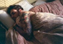 spící muž s erekcí