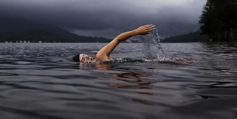 plavání pro zvětšení prsou